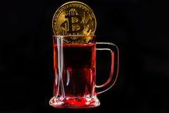 隐藏货币金子Bitcoin, BTC, Bitcoin宏观射击铸造w 免版税图库摄影