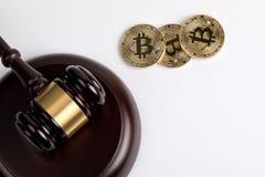 隐藏货币,与一根木法官惊堂木的金黄bitcoin在白色背景 免版税库存照片