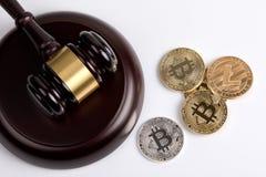 隐藏货币 金黄Bitcoin,与一根木法官惊堂木的Litecoin在白色背景 免版税图库摄影
