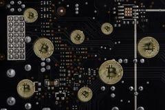 隐藏货币bitcoin抽象图象正面在计算机` s电子线路板背景的  库存图片