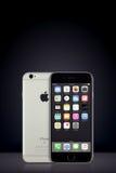 间隔与iOS 10的灰色苹果计算机iPhone 7在垂直的梯度背景的屏幕上与拷贝空间 库存照片