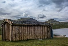 隔绝钓鱼在一个湖的小屋在挪威- 1 库存照片
