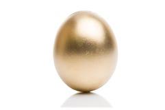 从隔绝的金黄鸡蛋在白色背景 免版税库存图片