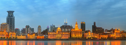 障壁、奇妙历史大厦和黄浦江的地平线日落的,上海,中国 免版税图库摄影