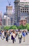 障壁大道的人们有背景的,上海,中国建造场所的 库存照片