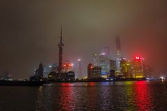 障壁的Nightscape有雾的或薄雾盖在冬天季节的障壁,上海瓷,黑白色口气 免版税库存照片