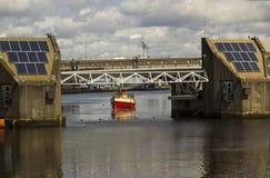 洪水障碍和人行桥的部分在河Lagan港口庄园的在贝尔法斯特北爱尔兰 免版税图库摄影