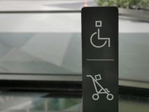 障碍和婴孩停放的协助的台车标志 免版税库存照片