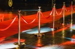 障碍地毯控制活动对象可移植的队列红色绳索证券 由隆重的红色证券绳索 图库摄影