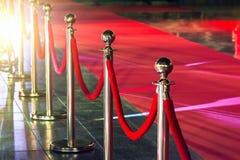 障碍地毯控制活动对象可移植的队列红色绳索证券 由隆重的红色证券绳索 免版税库存照片