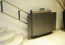 障碍推力,无效轮椅的电梯 库存照片