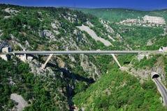 隧道和桥梁在峡谷在力耶卡,克罗地亚 免版税库存图片