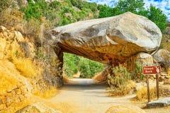 隧道岩石 壮观的全国美国自然公园-优胜美地 库存照片