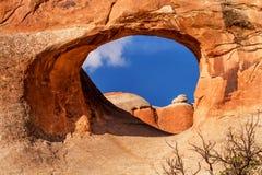 隧道曲拱岩石峡谷恶魔庭院拱门国家公园默阿布犹他 库存图片