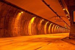 隧道用对海滩的方式 免版税图库摄影