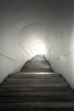 隧道的末端的光有台阶的 免版税库存照片