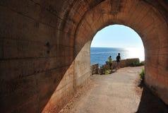 从隧道退出到海 黑山 免版税库存照片