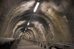 隧道通过小山 免版税库存图片