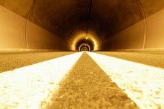 隧道以奇怪的光和空虚 免版税库存图片