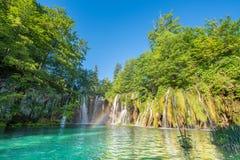 难以置信地与一座桥梁的美好的美妙的不可思议的风景在瀑布附近在Plitvice,克罗地亚和谐凝思, antistr 库存照片