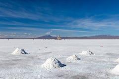 难以置信地白色盐平的乌尤尼盐沼风景,在安地斯中在玻利维亚西南部,南美洲 免版税库存图片