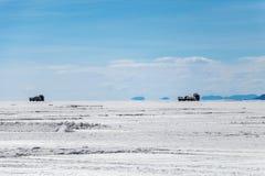 难以置信地白色盐平的乌尤尼盐沼风景,在安地斯中在玻利维亚西南部,南美洲 免版税库存照片