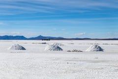 难以置信地白色盐平的乌尤尼盐沼风景,在安地斯中在玻利维亚西南部,南美洲 图库摄影