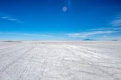 难以置信地白色盐平的乌尤尼盐沼风景,在安地斯中在玻利维亚西南部,南美洲 免版税图库摄影