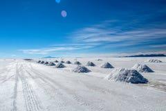 难以置信地白色盐平的乌尤尼盐沼风景,在安地斯中在玻利维亚西南部,南美洲 库存图片