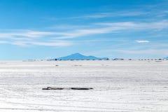 难以置信地白色盐平的乌尤尼盐沼风景,在安地斯中在玻利维亚西南部,南美洲 库存照片