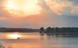 难以置信地美好的自然 艺术摄影 幻想设计 创造性的背景 惊人的五颜六色的日落 湖,池塘,水 免版税库存图片
