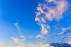 难以置信地,令人敬畏明亮,五颜六色的云彩反对backgr 免版税库存照片