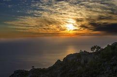 难以置信的土耳其,日落在海,天空惊人的云彩和一张异常的图片的他们,在前景路l 库存图片