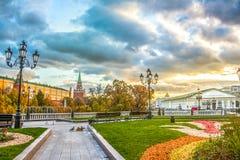 难以置信的日落在Manezhnaya广场在莫斯科,俄罗斯 免版税库存图片