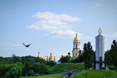 难以置信的秀丽 一只自由鸟飞行反对基辅Pechersy拉夫拉的背景 库存图片