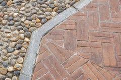 难倒设计与大阳台瓦片和装饰石渣各种各样的材料难倒的在庭院建筑材料 免版税库存照片