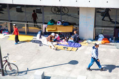 难民和移民搁浅在芽的Keleti火车站 免版税图库摄影