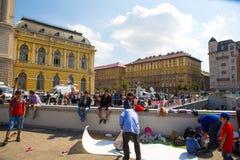 难民和移民搁浅在芽的Keleti火车站 免版税库存图片