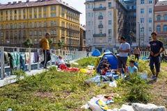 难民和移民搁浅在芽的Keleti火车站 图库摄影