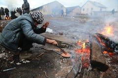 难民在冬天期间在塞尔维亚 库存照片