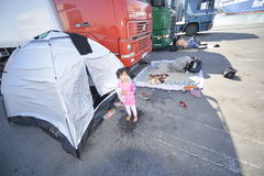 难民帐篷Lesvos希腊女孩infront  免版税库存图片