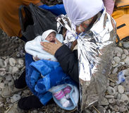 难民母亲和婴孩Lesvos希腊 免版税库存照片