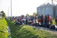 难民等候行列在Tovarnik 库存照片