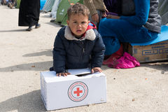 难民营的男孩在希腊 免版税库存图片