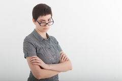责难皱眉在她的玻璃的美丽的年轻女商人或恼怒的女老师画象  免版税库存照片