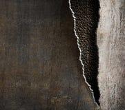 难看的东西与被撕毁的边缘的金属背景 图库摄影