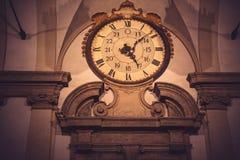 难看的东西在古色古香的大厦的葡萄酒时钟 图库摄影