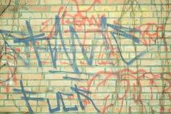 难看的东西在砖墙上的背景graffitti 皇族释放例证