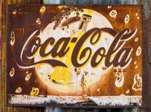 难看的东西生锈的减速火箭的葡萄酒可口可乐金属板标志 库存图片
