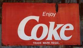 难看的东西生锈的减速火箭的葡萄酒可口可乐金属板标志 图库摄影